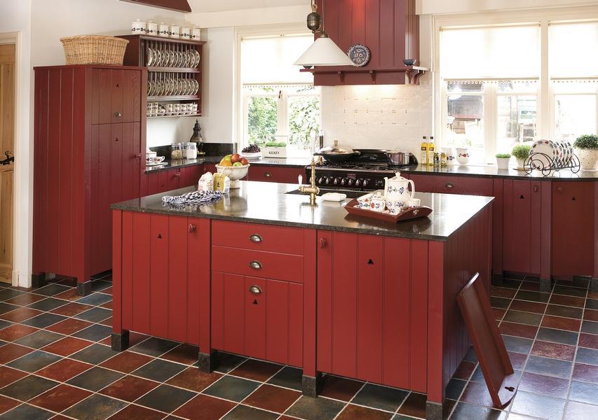 Houten keukens op maat landelijk stoer landelijke en moderne houten keukens op maat - Rode keuken met centraal eiland ...