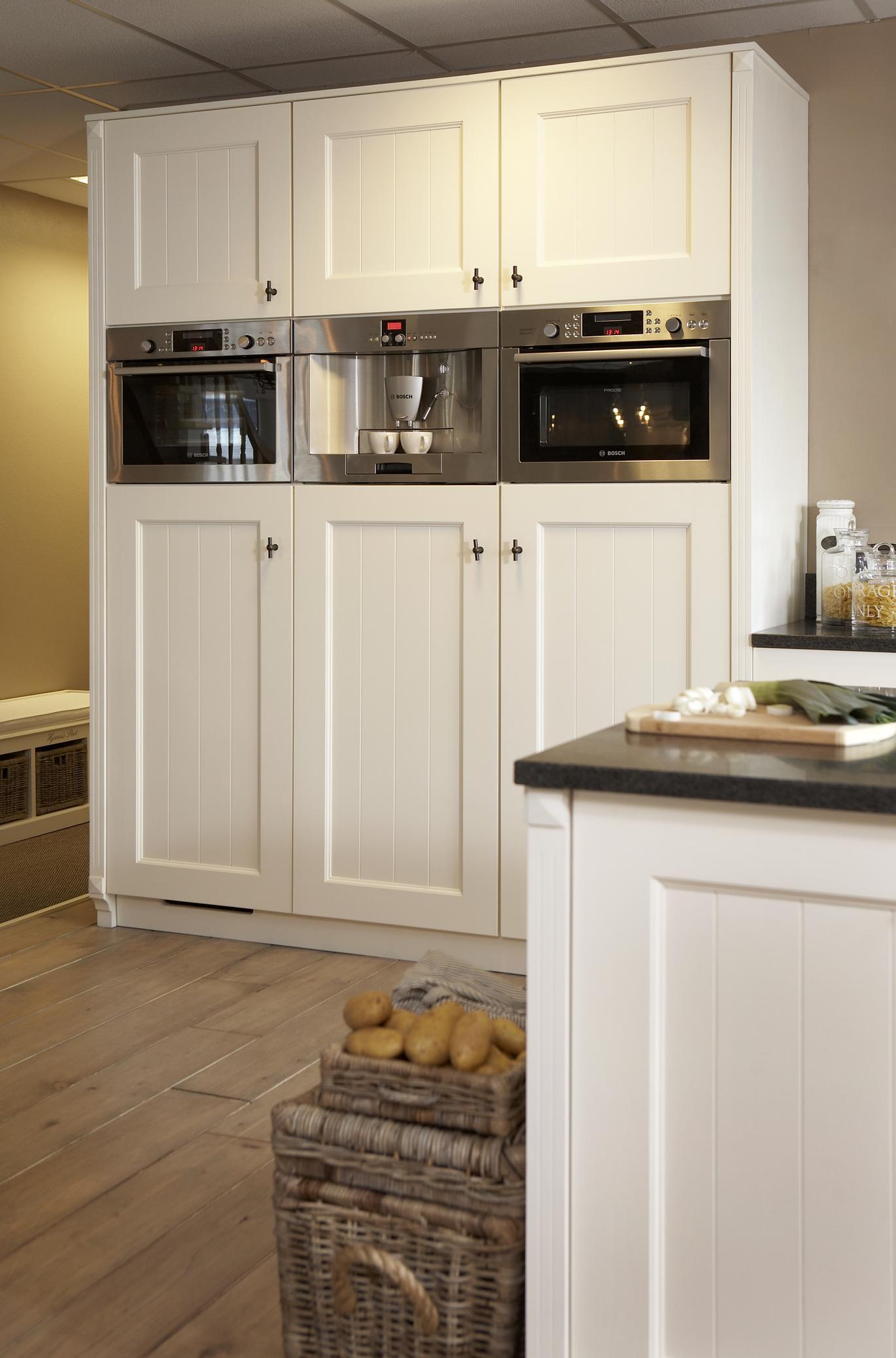 Keuken Kastenwand Hout : GEVERFDE HOUTEN KEUKEN – Landelijke en moderne houten keukens op maat